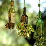 botellas de vino convertidas en macetas